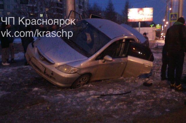 Иностранная машина сделала «сальто» иврезалась встолб— ДТП вКрасноярске