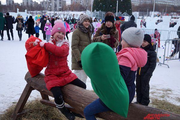 Бои мешками на бревне – еще одна традиционная забава на Масленицу.