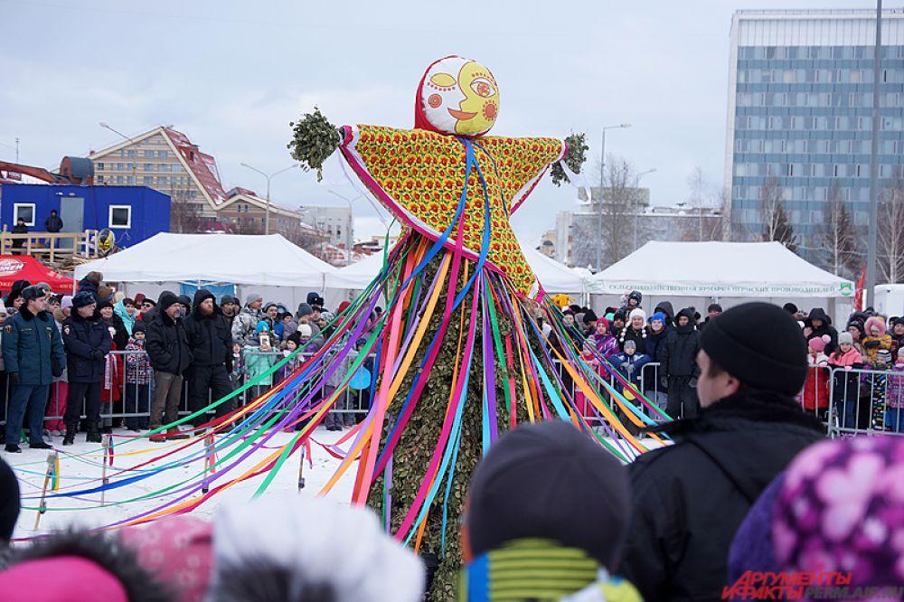 В Перми широко отметили Масленицу. Центральным местом празднования стал ледовый городок.