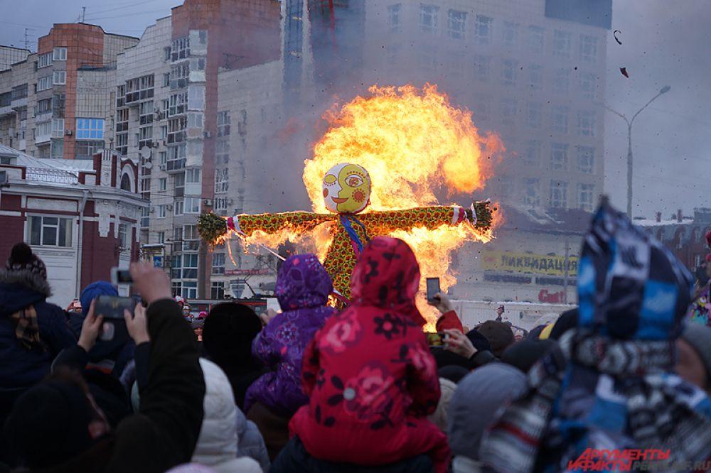 По традиции, праздник завершился сожжением большого чучела Масленицы. Это старинный обряд, символизирующий окончание долгой холодной зимы и наступление весны.
