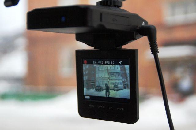 Момент нарушения ПДД попал в объектив видеорегистратора.
