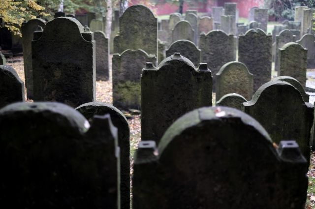 Неменее 100 надгробий повредили вандалы наеврейском кладбище вСША