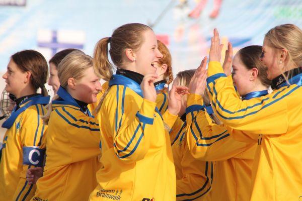 Спортсменки радовались победе.