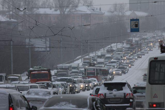 Движение транспорта вЧелябинске безумно затруднено последствиями ночного снегопада