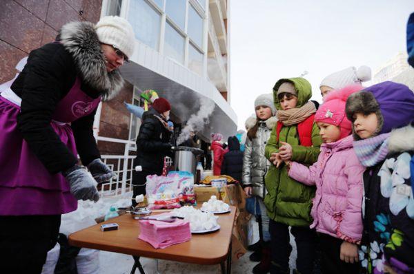 Гостей угощали чаем с блинами «Солнцепек», а также жареным маршмэллоу от Торговой марки «Сладкий снег»