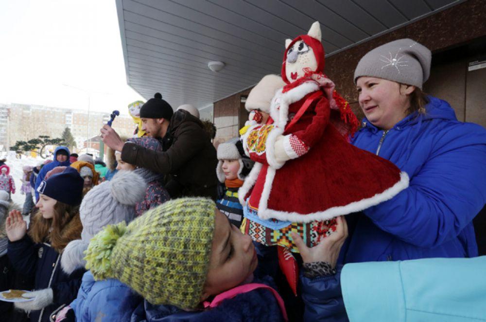 Жители микрорайона выбрали самую красивую масленичную куклу и повеселились от души!