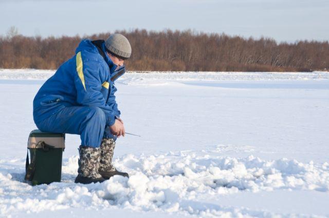 На льду застряли два рыбака.
