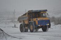 Рабочие пострадали, когда устанавливали колесо БелАЗа на ось.