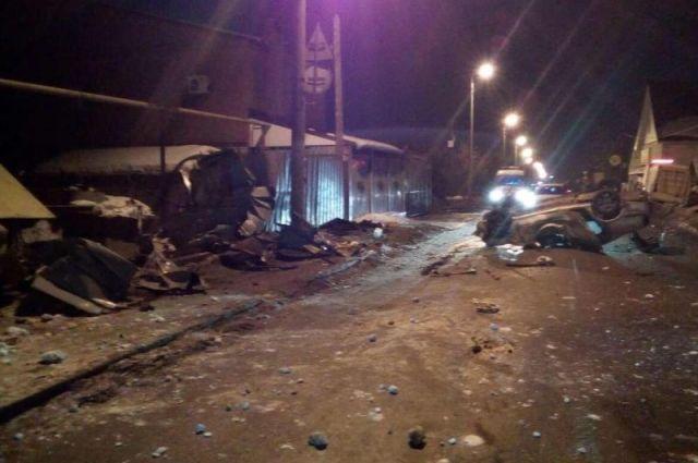 Иностранная машина вСоветском районе врезалась взабор ивстала накрышу