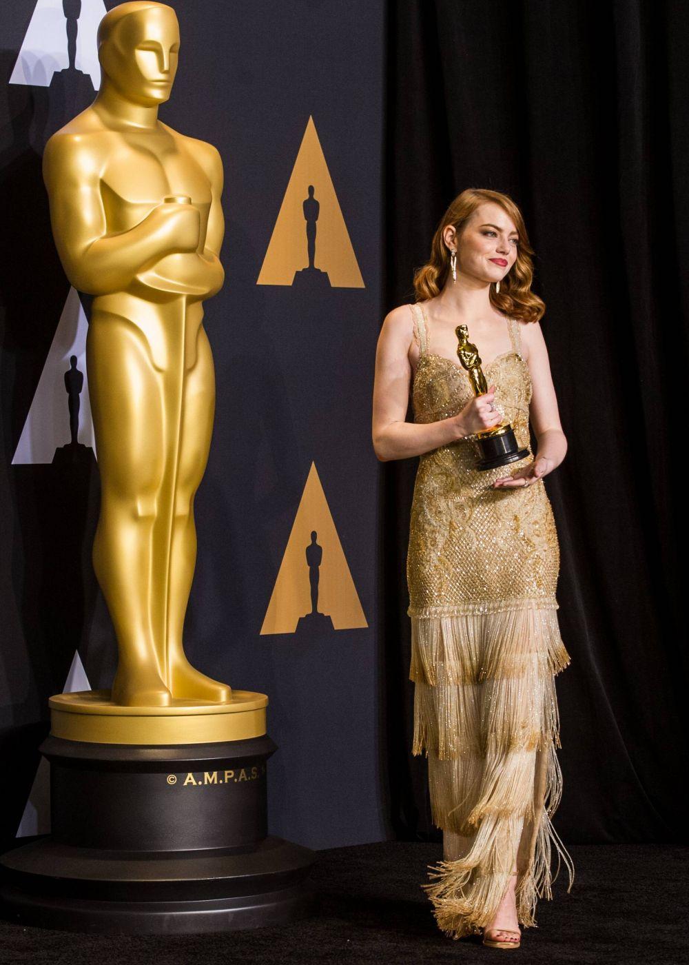 Звезда фильма «Ла-ла лэнд» Эмма Стоун не только забрала статуэтку в номинации «Лучшая женская роль», но и стала одной из самых ярких знаменитостей на красной дорожке. Платье от Givenchy невероятно подчеркнуло красоту актрисы