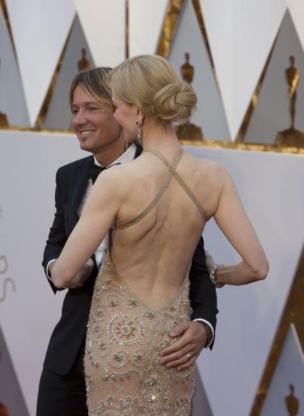 Сзади наряд открывал стройную спину актрисы
