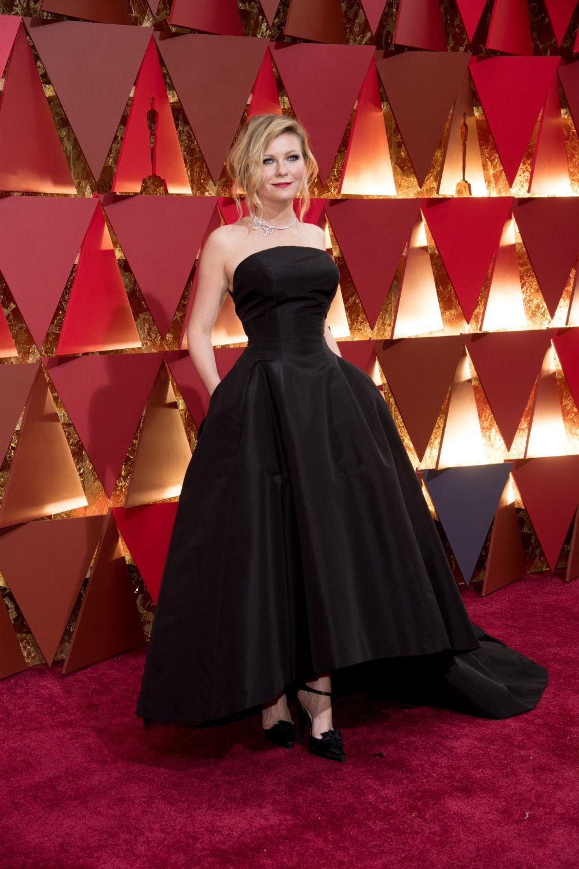 Кирстен Данст для Оскара выбрала черное, классическое платье от Christian Dior haute couture