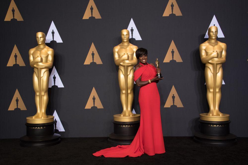 Виола Дэвис стала одной из самых обсуждаемых актрис на церемонии не только потому что забрала статуэтку за «Лучшую роль второго плана», но и благодаря роскошному красному платью от Armani Prive