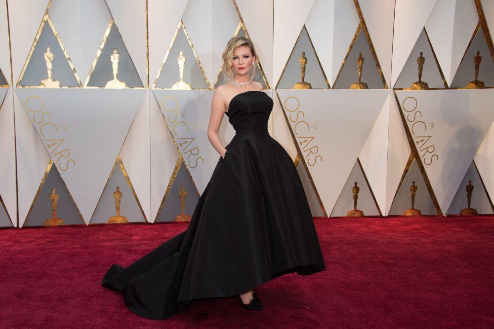 Черное платье очень гармонично смотрелось на блондинке Данст