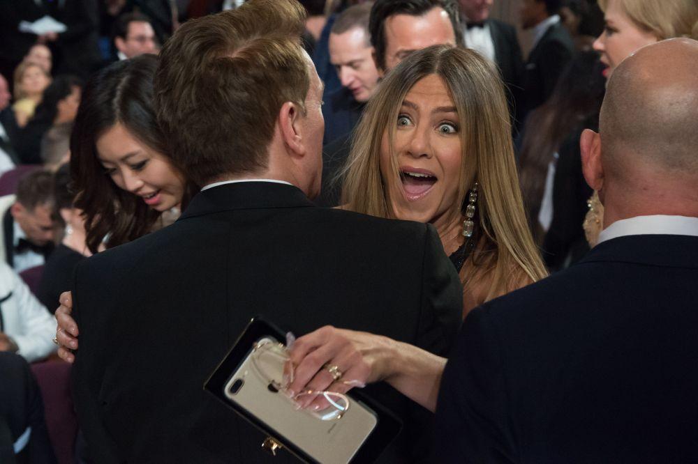 Вот так Дженнифер Энистон реагирует на объявление победителя, который должен получить статуэтку