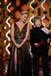 Шарлиз Терон и Ширли МакЛейн вышли на сцену, чтобы объявить победителя в одной из номинаций