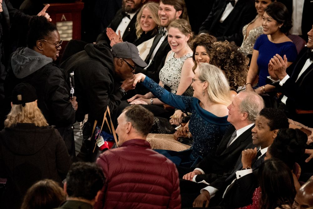 Очаровательный момент, где Мэрил Стрип поцеловали ручку