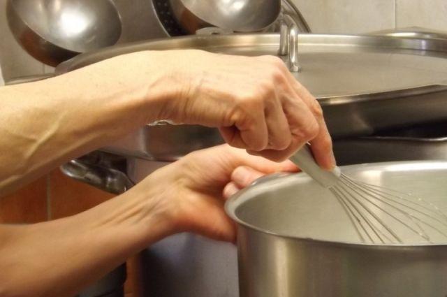 Сода не только ускорит приготовление некоторых продуктов, но и поможет отмыть после них посуду.