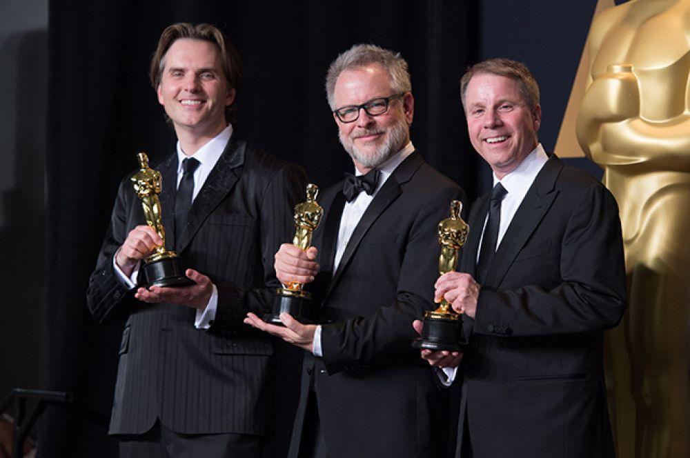 Байрон Говард, Рич Мур и Кларк Спенсер позируют за кулисами после вручения награды за лучший анимационный полнометражный фильм «Зверополис»