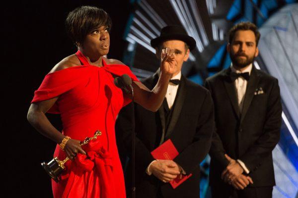Один из моментов церемонии, когда Виола Дэвис выступила со своей речью после того, как получила «Оскар» за лучшую женскую роль второго плана в фильме «Ограды»