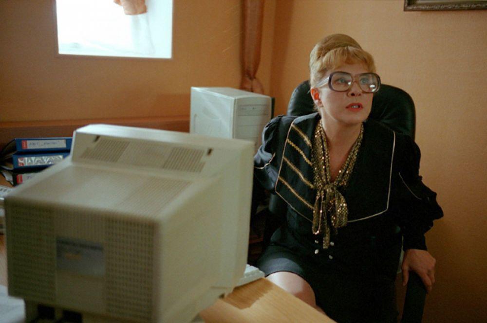 В роли секретарши в комедийном боевике «Жмурки» (2005).