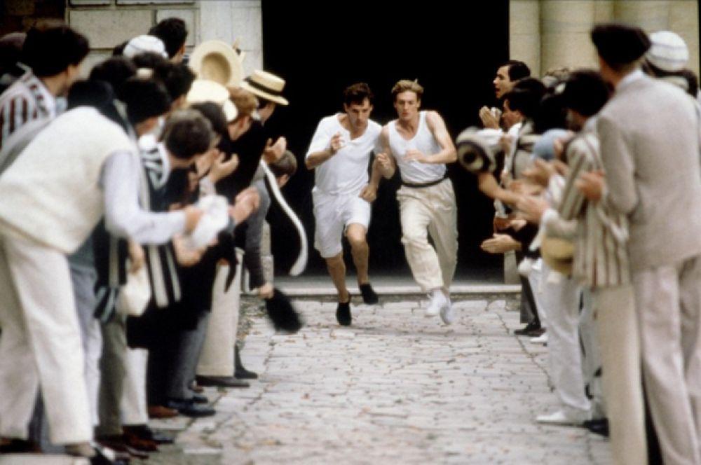 «Огненные колесницы», 1982. Фильм снят по реальным событиям и рассказывает о соперничестве двух атлетов-бегунов, представлявших Великобританию на Олимпийских играх 1924 года в Париже: студента Кембриджа, еврея Гарольда Абрахамса и шотландского миссионера Эрика Лиддела.