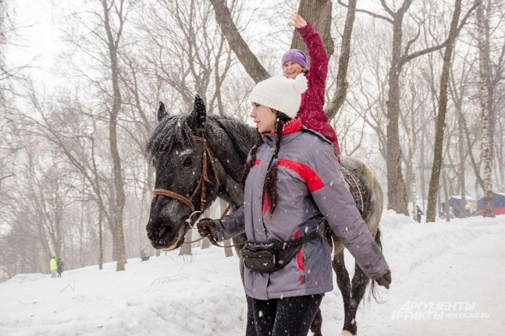 Одно из самых любимых развлечений - катание на лошадях.