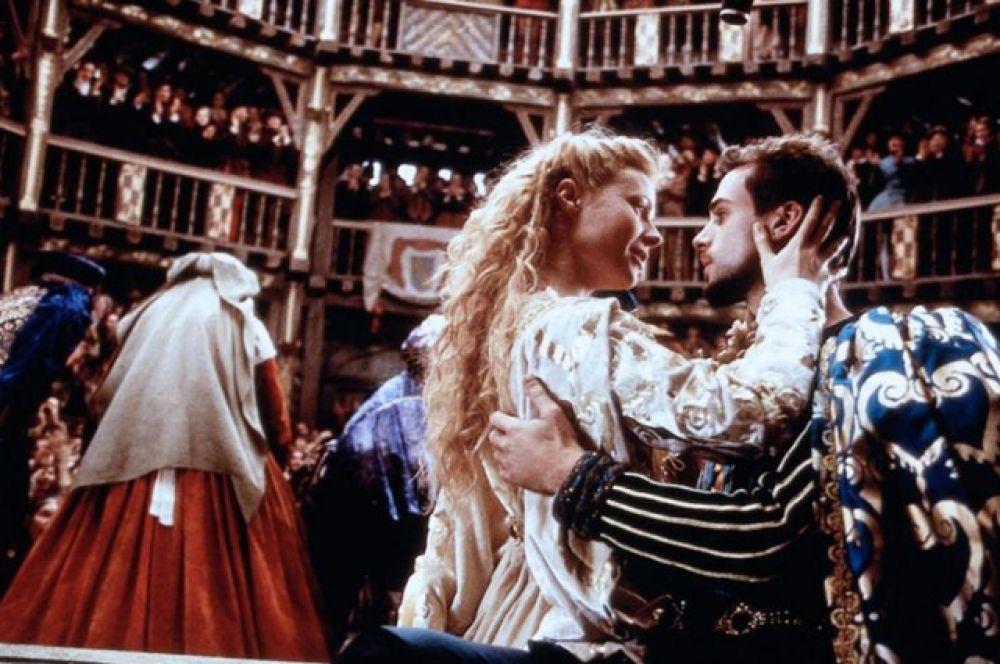 «Влюбленный Шэкспир», 1999. Фильм рассказывает историю романтических отношений между Виолой де Лессепс и Уильямом Шекспиром во время его работы над пьесой «Ромео и Джульетта».