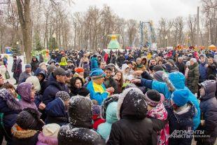 Сотни пензенцев пришли проводить Зиму.