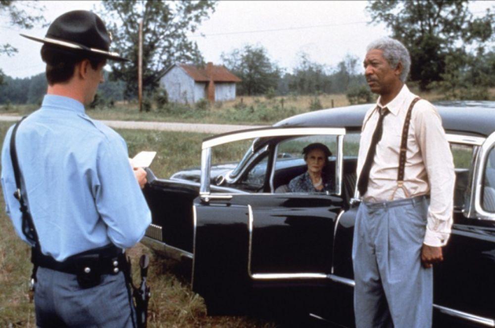 «Шофер мисс Дэйзи», 1990. В основе сюжета непростые взаимоотношения богатой американки еврейского происхождения и её водителя-афроамериканца в Атланте в 50-е годы XX века.
