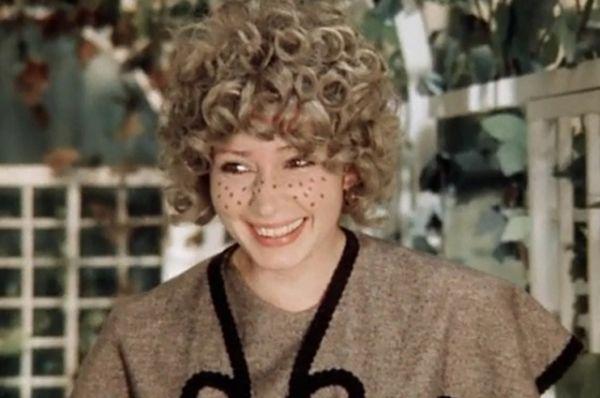 В роли Энни, возлюбленной мистера Уэйкема, в фильме «Здравствуйте, я ваша тётя!» (1975).