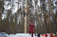 Одна из традиционных народных забав - покорение столба.