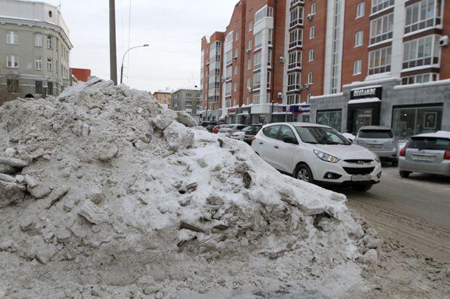 Залежи снега убирать никто не торопится.