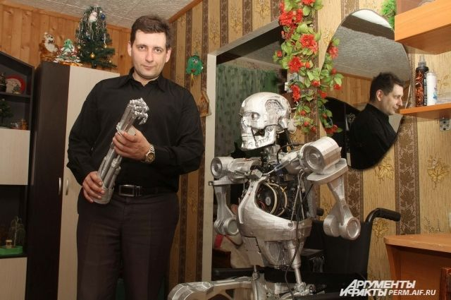 Александр Осипович и созданный им робот-терминатор.
