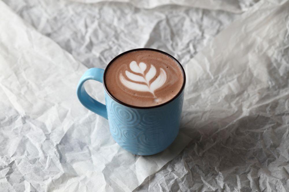 Какао. Целых 20 г. Но это на 100 г сухого продукта. В чайной ложке, которую мы обычно кладем на чашку напитка – всего 5 г порошка, а это значит — около 1 г белка.
