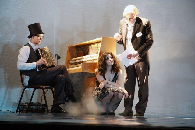 Петербургский режиссёр Семён Серзин поставил «Пьяных» в формате эскиза.