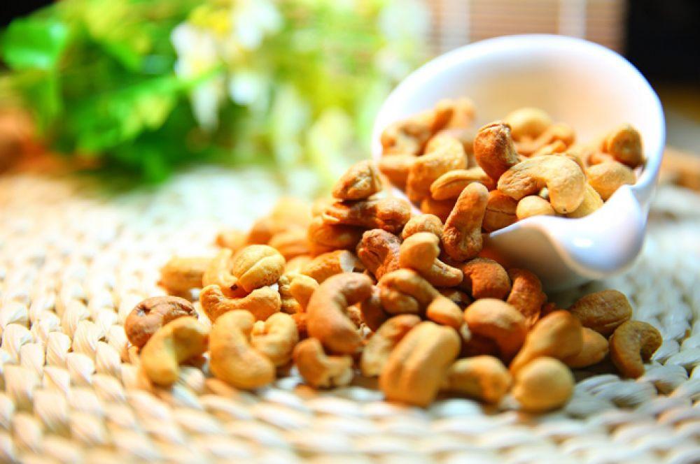 Кешью. 25 г белка на 100 г орехов. Но не забудьте, что кешью — самый калорийный и жирный орех, его можно съедать только несколько штучек в день.