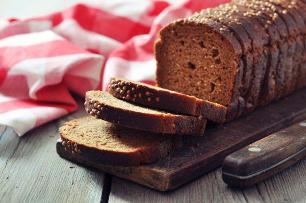 Черный хлеб. Он практически всегда постный, без сахара и содержит 7 г белка на 100 г продукта.