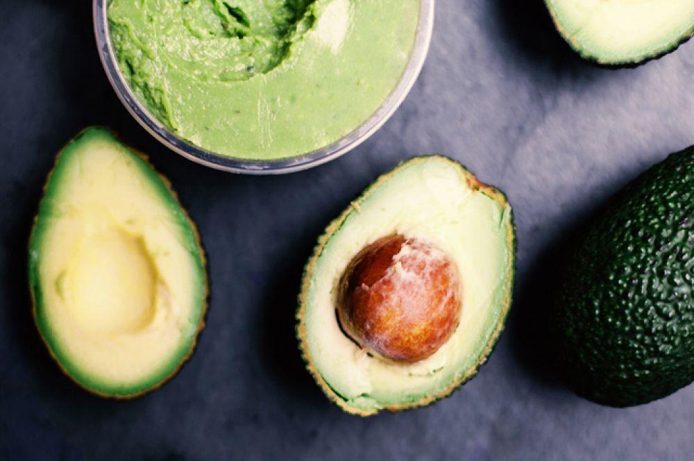 Авокадо. Тут мало белка, всего 2 г на 100 г продукта. Но зато он хорошо усваивается, у тому же очень много полезных жирных кислот и клетчатки.