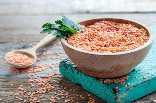 Чечевица. 24 г белка на 100 г сухой чечевицы. Один из самых полезных постных продуктов. На Ближнем Востоке с успехом заменяет мясо для бедных слоев населения.
