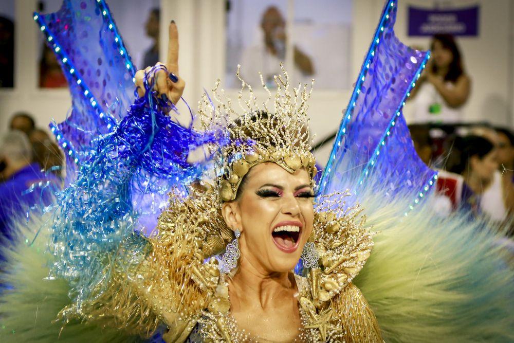 Самое популярное место в Рио во время карнавала - Самбодром. Именно там устраивается парад школ самбы, где и можно увидеть вот таких ярких танцовщиц-красавиц
