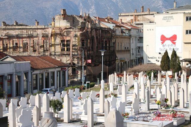 Кладбища и развалины - памятники недавней войне.