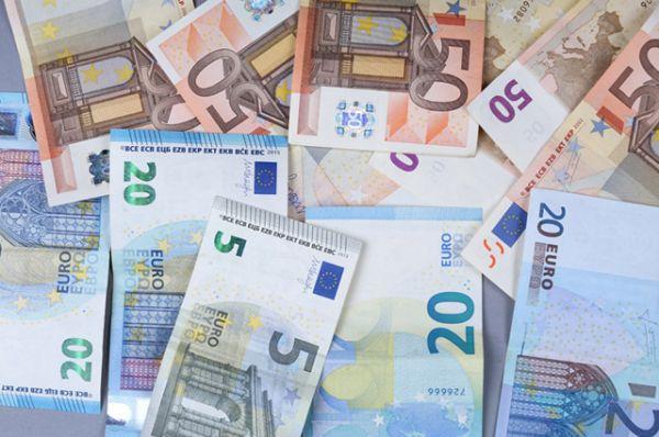 Одна из самых защищенных валют в мире — евро. На миллион евро приходится всего 50 фальшивок. Проверить подлинность евробанкноты очень просто: на каждой купюре есть одна буква и 11 цифр, нужно заменить букву на ее порядковый номер в латинском алфавите (например, буква «С» в алфавите третья), сложить получившуюся цифру с остальными на банкноте, а затем сложить получившиеся результаты между собой, пока не получится всего одна цифра. Если эта цифра 8, значит, купюра настоящая.