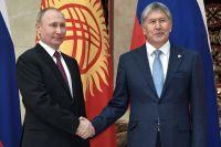 Президент РФ Владимир Путин и президент Киргизии Алмазбек Атамбаев в Бишкеке.