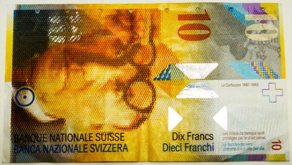Швейцарский франк — одна из самых стабильных и надежных валют мира, и уровень ее защиты от подделок соответствующий. Купюры печатаются на специальной бумаге и имеют такую металлическую нить, которую практически невозможно имитировать. Каждый франк имеет 18 тайных знаков.