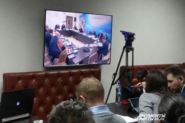 За ходом совещания из пресс-центра наблюдают более 150 журналистов.