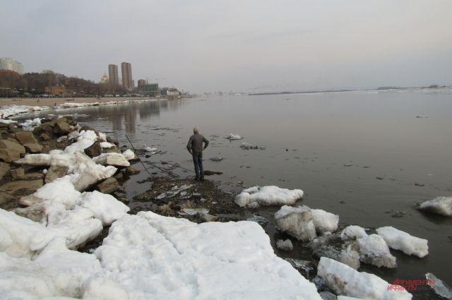 Во время ледохода людям на реке оставаться опасно.