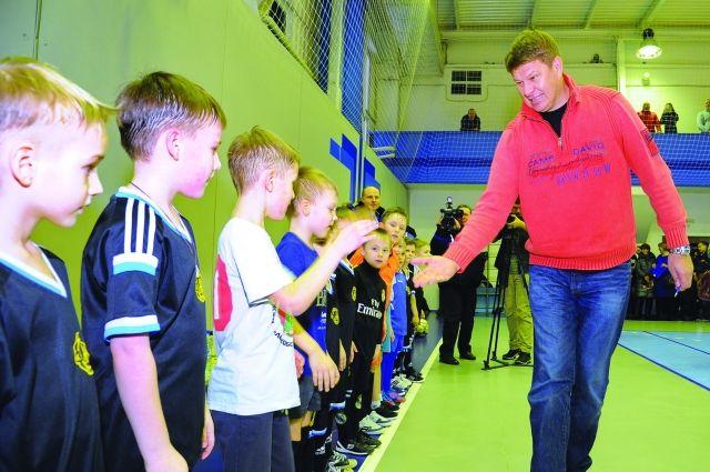 Дмитрий губерниев пожал руку всем мальчишкам.