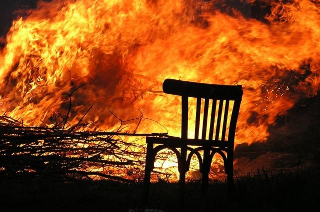Пожар начался от окурка.