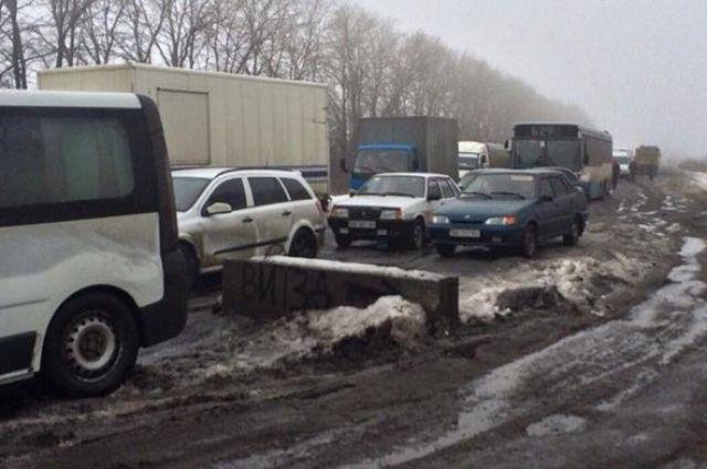 Под Запорожьем граждане села перекрыли дорогу